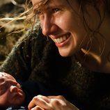 Helena con su hijo recién nacido
