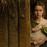 Helena sostiene a su hijo en brazos