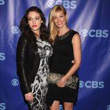 Kat Dennings y Beth Behrs de '2 Broke Girls'