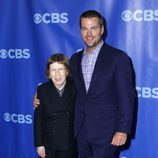 Linda Hunt y Chris O'Donnell en los Upfronts 2011 de CBS
