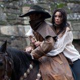 Un hombre enmascarado ayuda a Carmen Bocanegra
