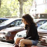 Alma sentada en un banco en
