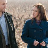 Lucía y Miguel caminan por las viñas