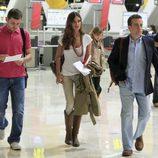 Íker Casillas, Sara Carbonero y JJ Santos caminan por el aeropuerto