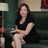 Carmen Machi sentada en un sofá