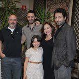 Manuel Ríos San Martín con el elenco de 'Rescatando a Sara'