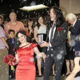 Alaska y Mario, recibidos con arroz tras su boda