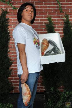 Parrales (Carlos Alcaide) con pescado de \'Mariscos Recio\' en \'La que se avecina\'