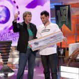 Julian Iantzi entrega el premio a Nakor Markez en 'El conquistador del fin del mundo'