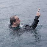 Mateo metido en el agua