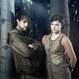 Jonas Armstrong y Lucy Griffiths