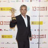 Imanol Arias posa con el Premio de la Academia de la Televisión 2011