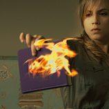Valeria con el libro ardiendo