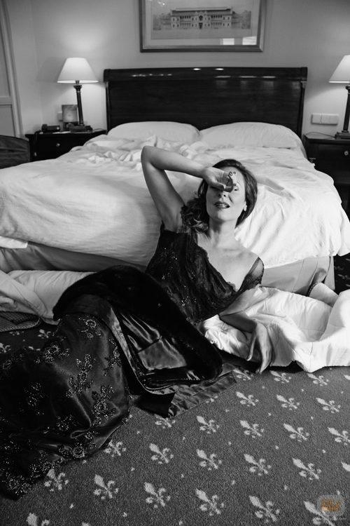 Ana Milán, Olimpia en 'FoQ' posa al lado de la cama
