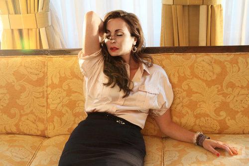 La actriz Ana Milán reposa en un sillón