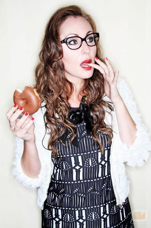 Ana Milán posa inocentemente con un donuts