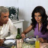 Inés y Antonio comen en la cocina de los Alcántara