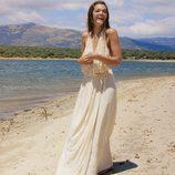 Ana Rujas sonrie en la playa