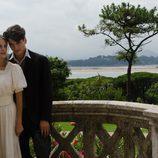 Yon González abraza a Amaia Salamanca en 'Gran Hotel'