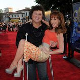 Dot Jones con muletas... y con Kathy Griffin