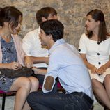 Alejo Sauras habla con Verónica Sánchez en la presentación de 'La República'