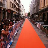 Las fans rodean la alfombra naranja del FesTVal