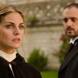 Diego observa a Alicia Alarcón en 'Gran Hotel'