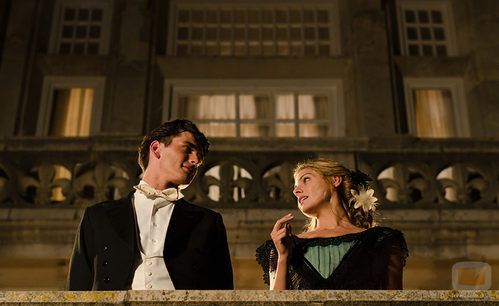 Julio Olmedo y Alicia Alarcón delante del 'Gran Hotel'