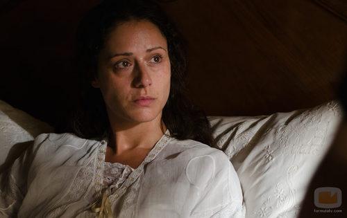 Sofía Alarcón (Luz Valdenebro) en cama en 'Gran Hotel'
