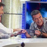 Pablo Motos y Antonio Banderas ríen en 'El hormiguero'