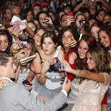 Luis Fernández y Ana Fernández se fotografían con los fans de 'Los protegidos'