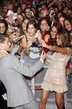 Luis Fernández y Ana Fernández se fotografían con los fans de \'Los protegidos\'