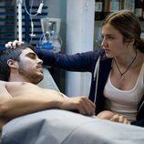 Vilma atiende a Piti en la enfermería de 'El barco'