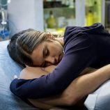"""Vilma abraza a Piti que ha enfermado en """"El oscuro visitante"""""""