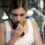 """Vilma (Marina Salas) utiliza un walkie-talkie en """"El oscuro visitante"""" de 'El barco'"""