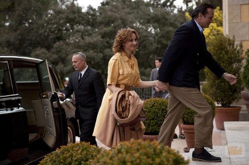 El Barón coge de la mano a su esposa 'Tita Cervera. La Baronesa'