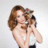 Mar Regueras posa como Carmen Cervera con su perro
