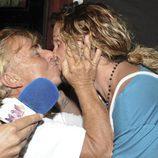 Toni Genil besa a Jeyko, su compañero de 'Supervivientes 2011'