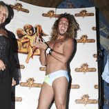 Jeyko recoge un premio desnudo en la fiesta de 'Supervivientes'