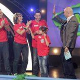 Emilio Pineda con los concursantes de 'Juegos en familia'