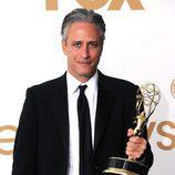Jon Stewart con el Emmy a Mejor Programa de Variedades por 'The Daily Show'