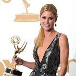 Julie Bowen posa con su Emmy 2011 a la Mejor Actriz Secundaria de Comedia por 'Modern Family'