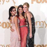 Julie Bowen, Ariel Winter y Sarah Hyland con el Emmy 2011 a Mejor Comedia de 'Modern Family'