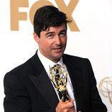 Kyle Chandler posa con el Emmy 2011 al Mejor Actor de Drama por 'Friday Night Lights'