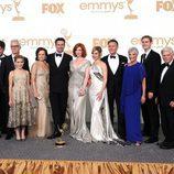 El reparto de 'Mad Men' posa con el Emmy 2011 a Mejor Drama