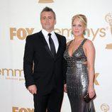 Matt LeBlanc posa con su pareja Andrea Anders en los Emmy 2011