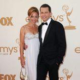 Jon Cryer de 'Dos hombres y medio' y su mujer Lisa Joyner en los Emmy 2011