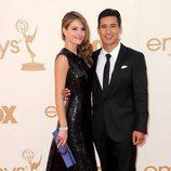 Mario Lopez y su pareja Maria Menounos en los Emmy 2011