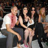 Mario Vaquerizo y Alaska con un zombie de 'The Walking Dead'