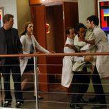 House mira atónito como los doctores agarran a una paciente